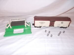 LIONEL-36621-OPERATING-AUTOMATIC-MILK-CAR-AND-STAND-7-CANS-NICE-LOT-G-60