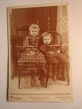 Wheatland Iowa USA - 2 kleine Kinder - Mädchen in Kulisse - Stuhl / KAB