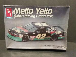 AMT-1-25-42-MELLO-YELLO-KYLE-PETTY-1991-SABCO-RACING-GRAND-PRIX-Model-Car-Kit