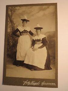 Holzkirchen-2-junge-Frauen-in-Tracht-mit-Hut-Kulisse-KAB