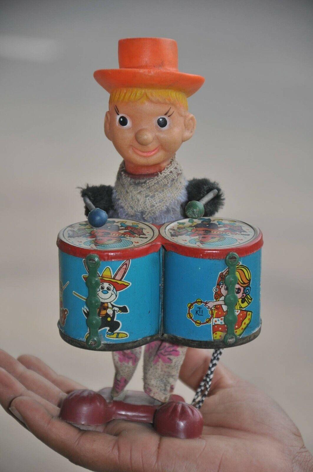 Vintage Wind Up con textura de tela Payaso doble baterista Litografía de juguete de estaño
