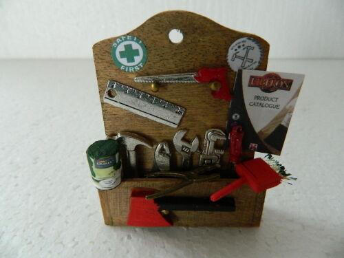 HH23 1//12th maison de poupées handmade Tool Tidy avec fixe Accessoires