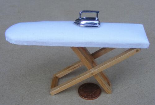 1:12 Maßstab Zusammenfaltbares Bügelbrett /& Metall Eisen Tumdee Puppenhause Az