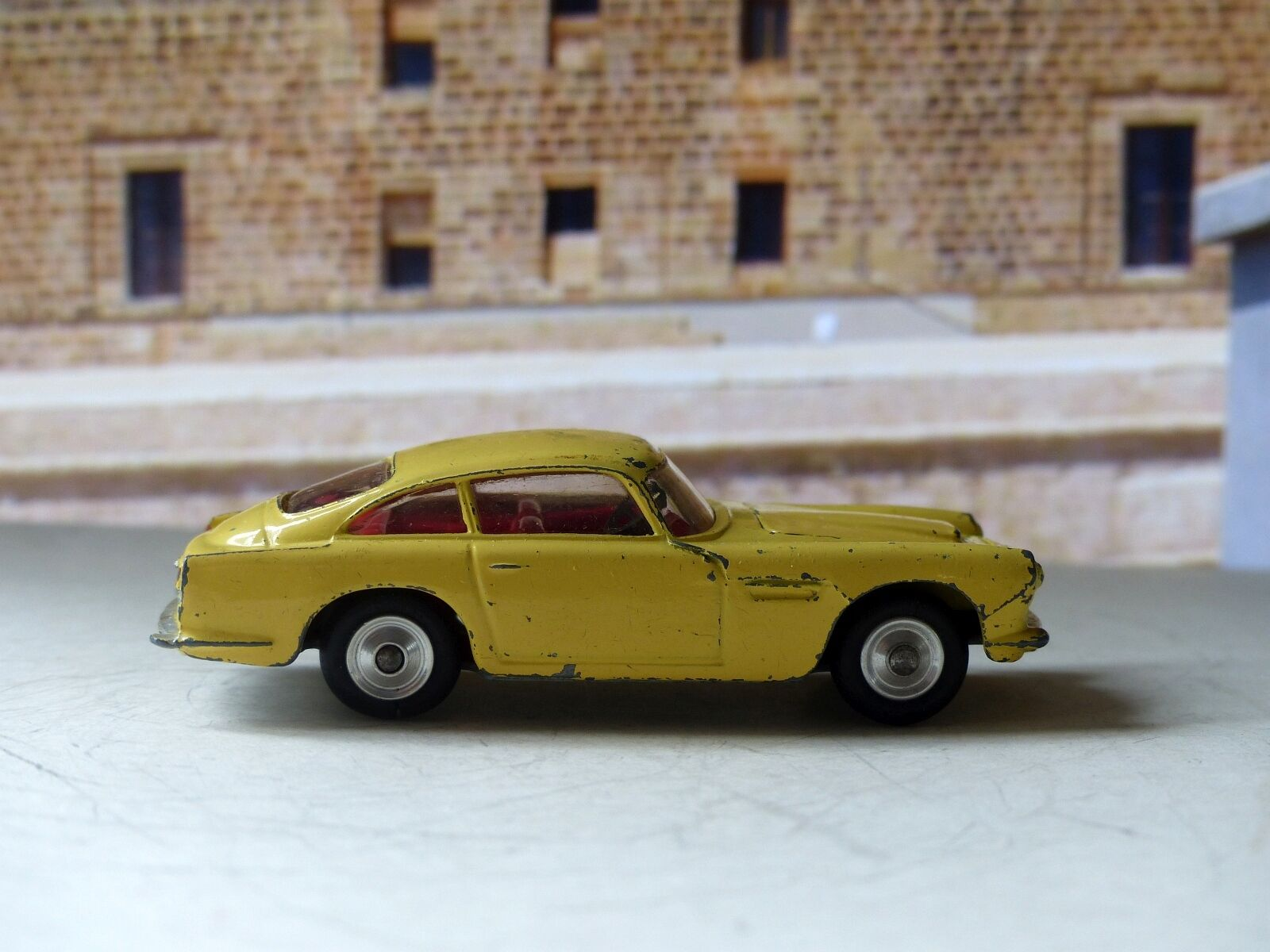 gran selección y entrega rápida Corgi Juguetes Juguetes Juguetes 218 Aston Martin DB4 amarillo con libre Ruedas giratorias (1)  salida