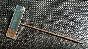 FäHig Nissan Anstecknadel Logo Glasiert Silbern 80er Jahre 20x5mm Bequemes GefüHl Anstecknadeln Ab 1945