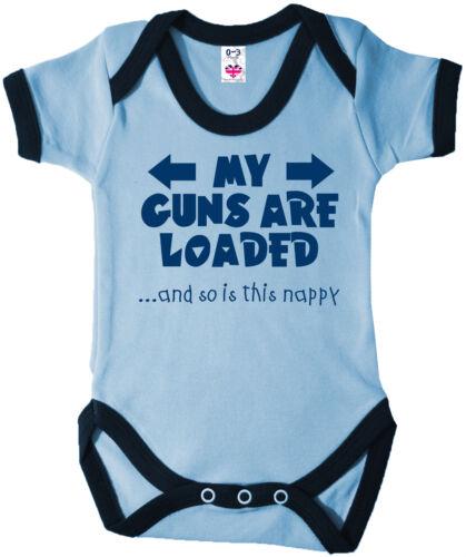 """FUNNY Baby Body /""""Il mio pistole sono caricate /& così è questo pannolino/"""" Babygrow Gilet"""