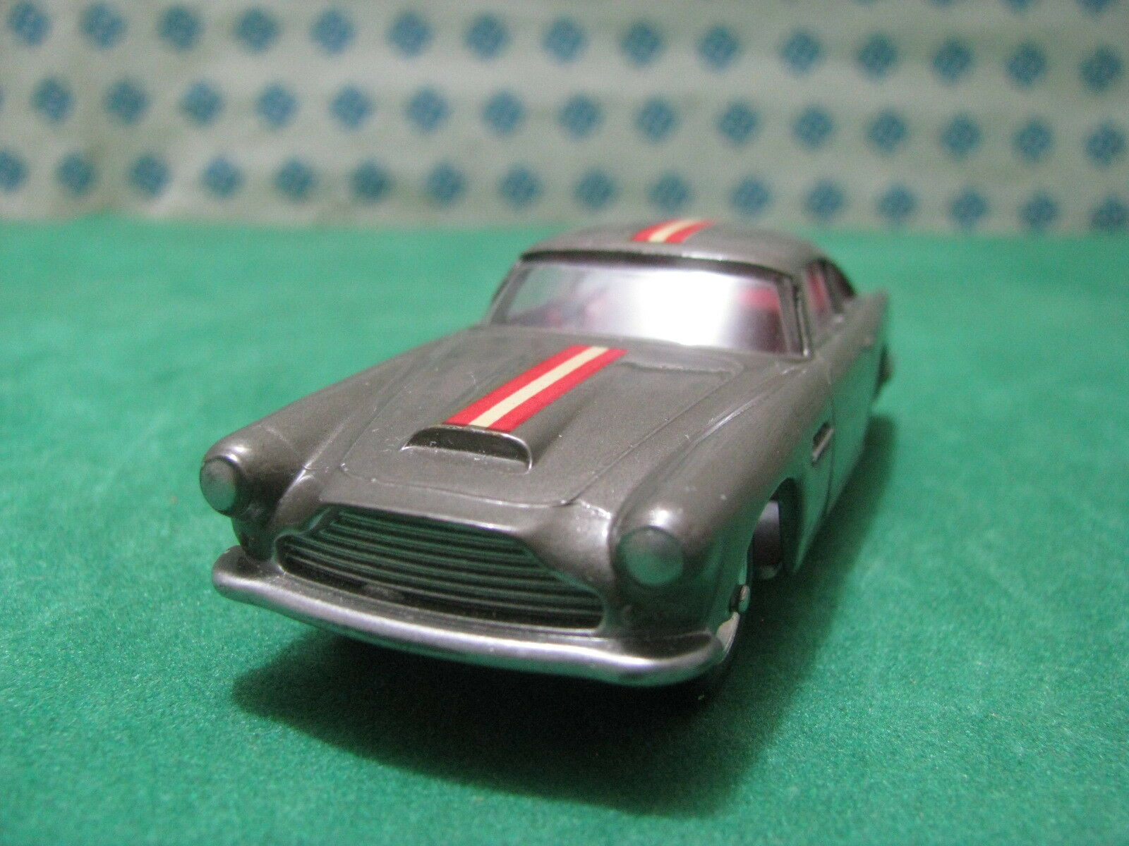 Vintage   -  ASTON MARTIN DB4  interno red    - 1 43 Solido n°111 serie 100