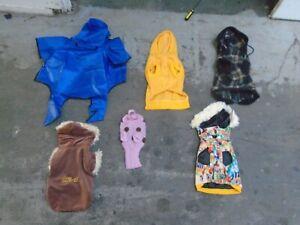 Lot de travail de cinquante manteaux de chiens.   Différents styles.   Fondamentalement petites tailles.   Enveloppé.