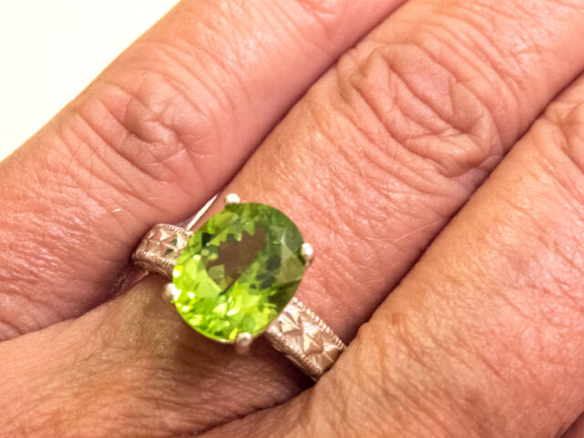 Beautiful 11x9 mm Large SS 925 4.15 ct Sparkling Peridot Ring - 5.32 gr - Size 7