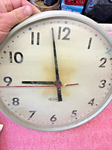 BS1-Rare-Vintage-Electric-Faraday-12-034-wall-clock-Plug-in-on-Back-Works-Great
