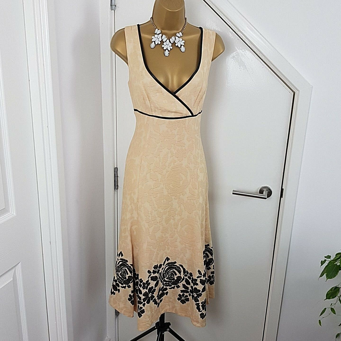 Kaliko Dress Sleeveless Floral Embroidered Fit Cream Size Occasion