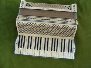 Beautiful-ACCORDION-HOHNER-TANGO-III-Perlmut-120-Bass-RARE-20-jhd