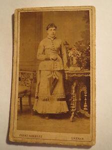 Urfahr-stehende-junge-Frau-im-Reifrock-mit-Schirm-Portrait-CDV