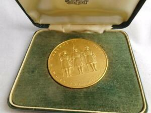 VTG BOXED YEOMEN WARDERS OF THE TOWER ROYAL MINT SOUVENIR GOLD TONE MEDAL