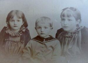 Geschwisterportrait-2-Maedchen-1-Junge-Foto-Fotographie-Metzner-Cottbus