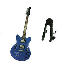 Miniatur gitarre himmelblau mit unterschrift in holz malerei mit