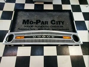 1971-1974-Dodge-amp-Plymouth-Van-B100-200-300-FRONT-GRILLE-USED-COMPLETE-MOPAR