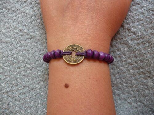 Bracelet feng shui violet en perles de bois et pièce chinoise porte bonheur