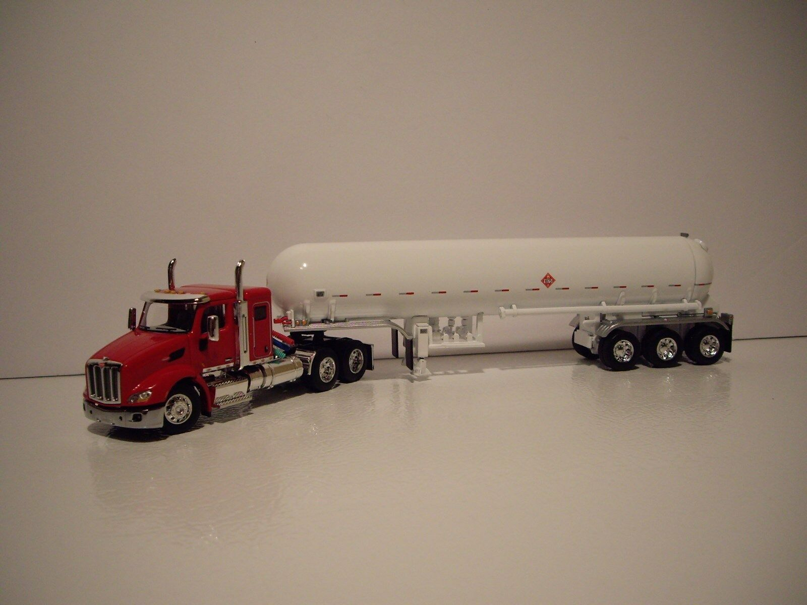 DCP 1 64 rouge Pete 579 avec 44  couchettes & Blanc Tri-Essieu Mississippi LPG tanker