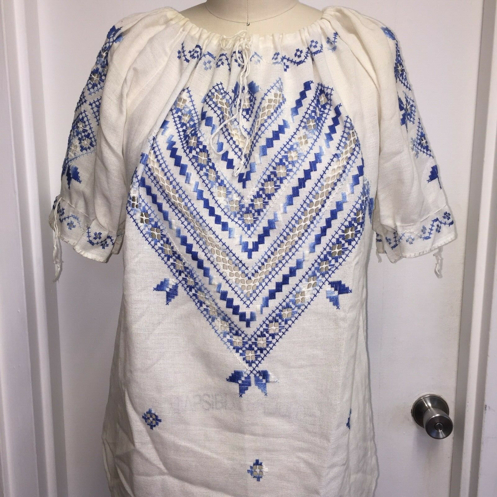 ⭐Vtg Hungarian Matyo Style Blouse Embroidered Pea… - image 1