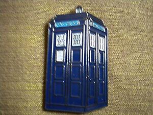 Dettagli su POLICE BOX DOCTOR WHO TARDIS, 50mm PIN BADGE