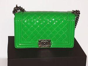 9972c11da Nova Bolsa Chanel Boy linda cor verde em couro envernizado. Nice ...