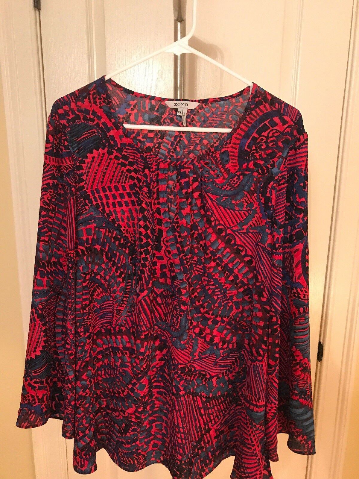NWT  ZoZo Blouse. Printed. Wide Sleeve Keyhole Opening. Größe Large