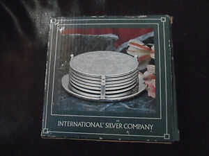 INTERNATIONAL-SILVER-CO-SILVERPLATED-EMBOSSED-COASTERS-6-COASTERS-HOLDER-1991