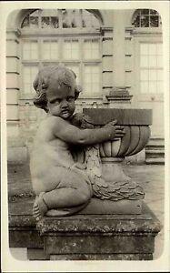 Kunst-Skulptur-Bueste-nackter-Knabe-am-Brunnen-s-w-AK-Echtfotokarte-Einzelkarte