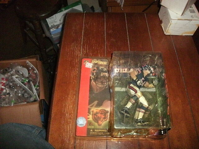 McFarlane sportivoPicks 2001 NFL series 2  Brian Urlacher  orsos dirty uniform nuovo