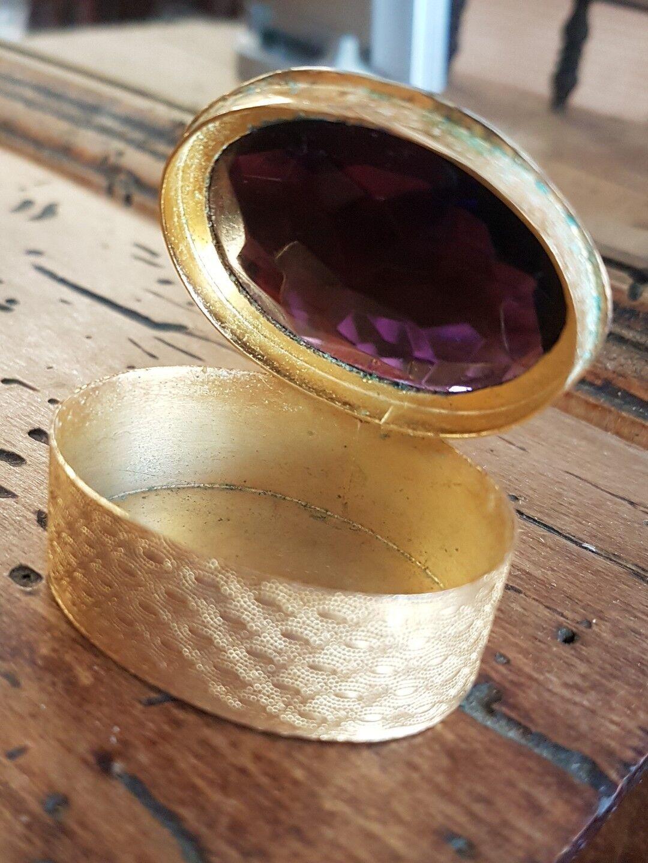 Boîte a pilule bijoux vintage en metal doré avec améthyste RefV444