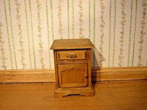 1/12th Dollshouse Miniature Main Teinté Et Poli De Chevet Armoire-afficher Le Titre D'origine Prix De Rue