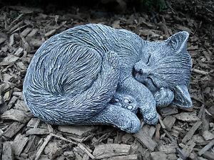 Steinfigur-eingerollte-Katze-Frostfest-Steinguss-Garten-Deko-Haustier