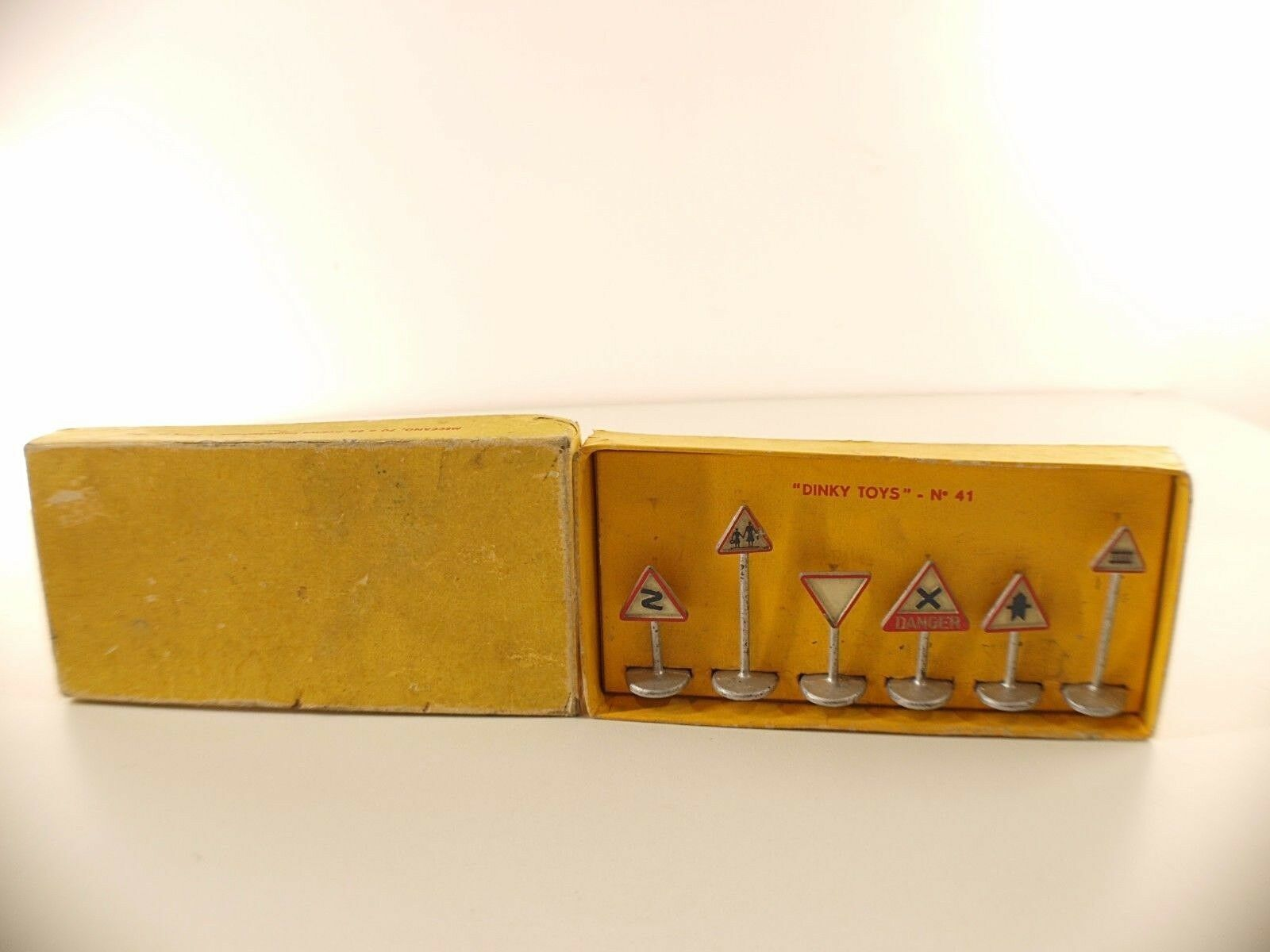 Dinky Toys  F n° 41 coffret panneaux signalisation routière route en boite