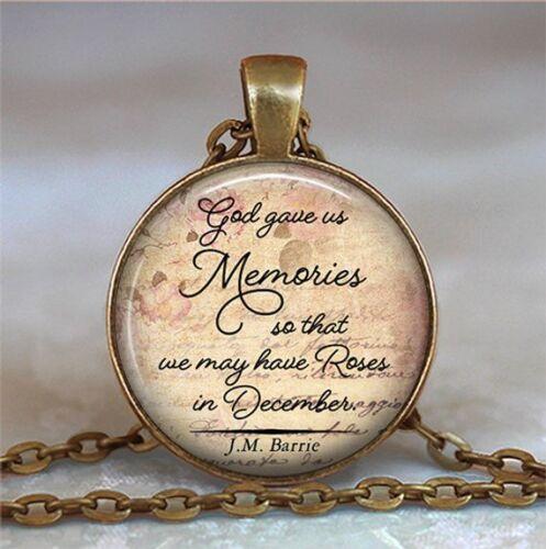 Citation Collier Dieu nous a donné souvenirs de sorte que nous avons peut-être roses en décembre