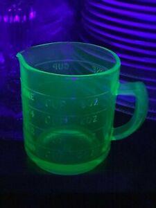 RARE-VINTAGE-HAZEL-ATLAS-GREEN-URANIUM-GLASS-MEASURING-CUP-ONE-SPOUT-A-69