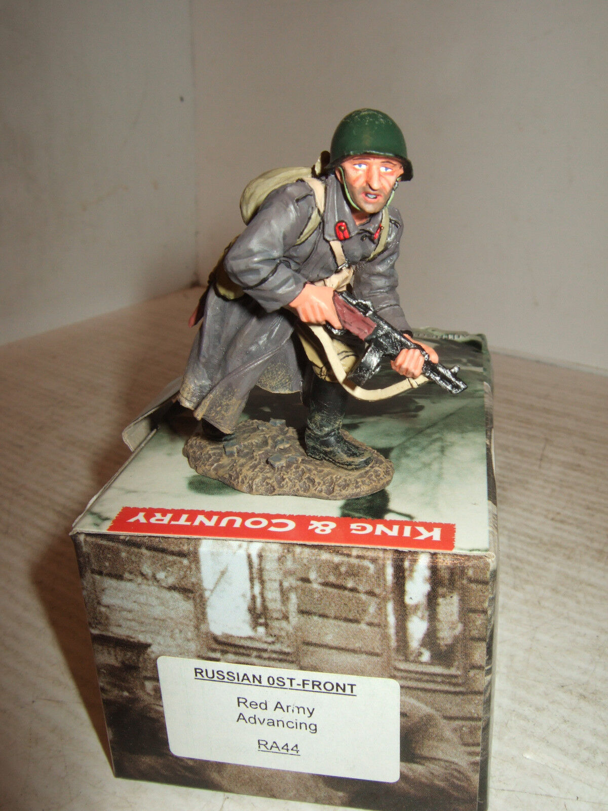 King & Country RA44 Russian Front, Red Army Soldier Advancing in 1 30  Scale