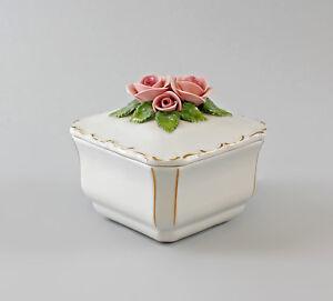 9997360-Porcelain-Viereck-Dose-Rose-Handmodelliert-Gold-Rim-Ens-9x9x8cm