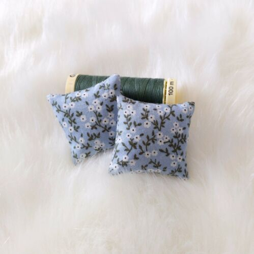 Casa De Muñecas En Miniatura Azul Floral Cojines tirar almohadas Sofá 1//12th Escala