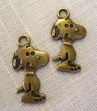 020 - LOT de 2 CHIENS SNOOPY 15 x 25 mm Bronze CHARM / BRELOQUE / PENDENTIF