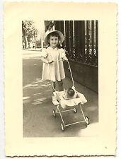 Promenade Petite fille avec son landau & poupon - photo ancienne an.1959