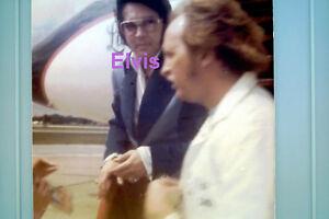 ELVIS-PRESLEY-AT-MEMPHIS-AIRORT-1975-ORIGINAL-VINTAGE-OLD-KODAK-PHOTO-CANDID