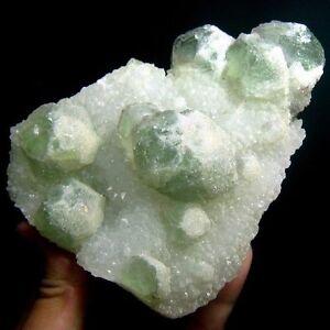 Gruener-Fluorit-Knoetchen-Kristall-auf-Quarz-flh99idz653