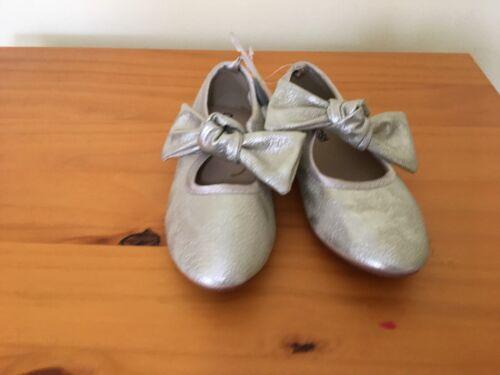 Neuf avec étiquettes OSHKOSH Or Bow Flat Shoes 11,12,3