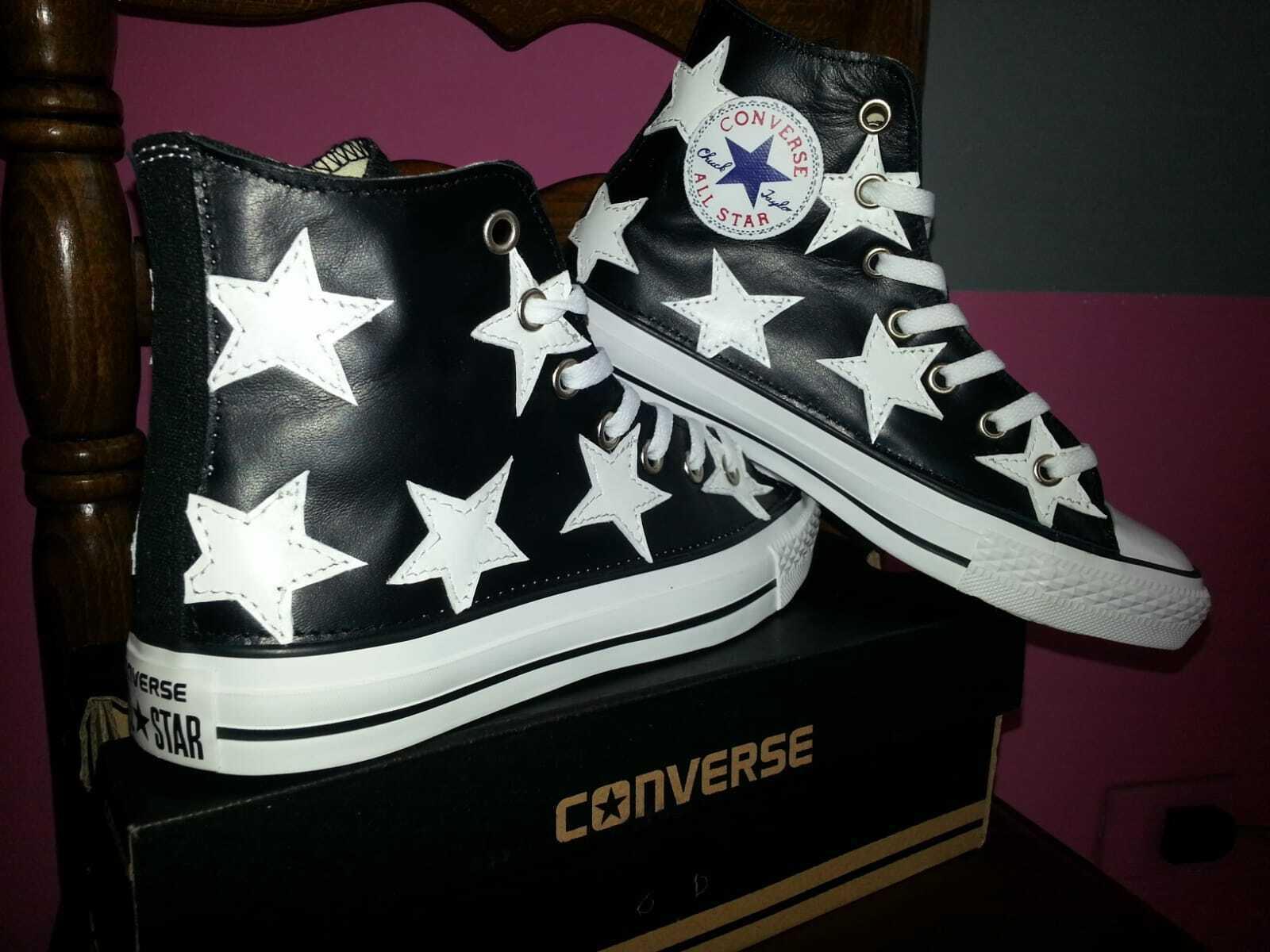 Converse all star nera con pelle nera e stelle bianche