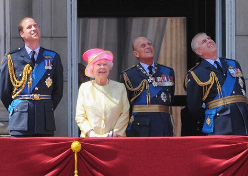 P1011 Queen Elizabeth II /& Prince William 10 x 8 UNSIGNED photo