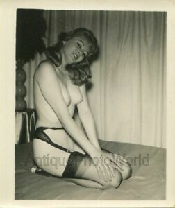 Smiling-nude-woman-in-garter-belt-and-stockings-vintage-pinup-photo