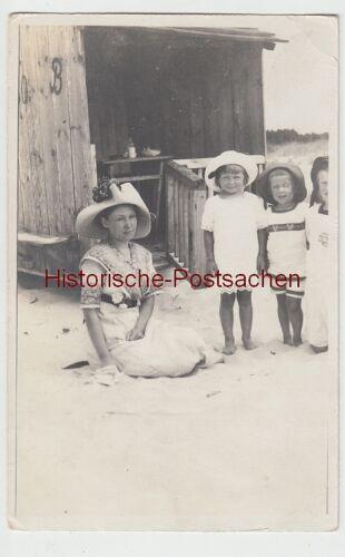 (F8505) Orig. Foto Frau mit Kindern am Strand, kleines Strandhäuschen, 1920er