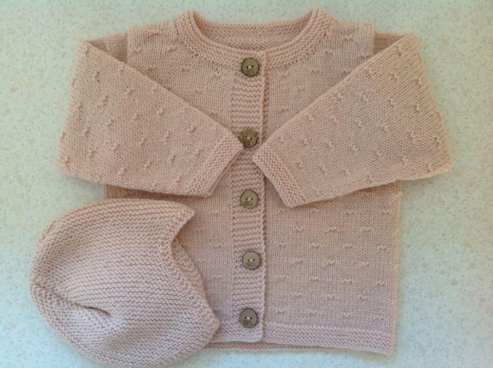 Babytæppe, og trøjer med hjelm, alt nyt og håndstrikket