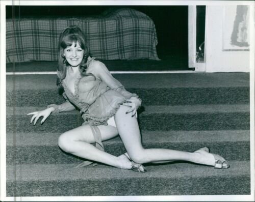 1971 8x10 photo Actress and singer Jenny Kenna striking a pose in the stairs